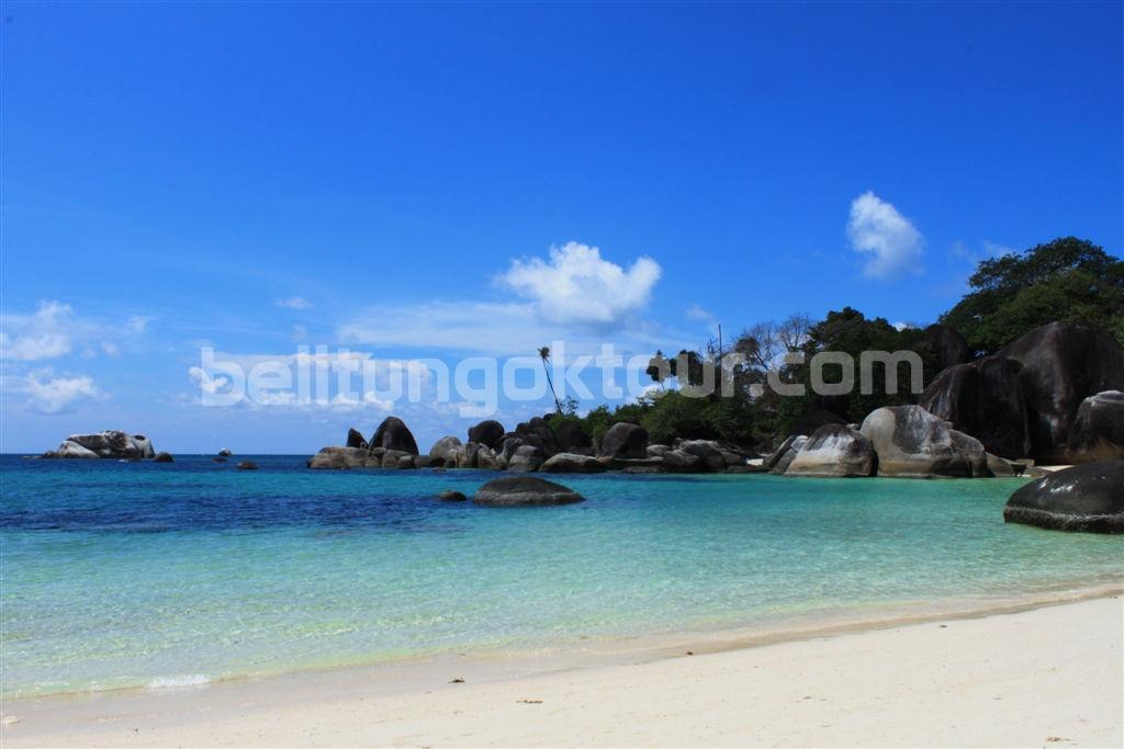 Keindahan Batu Granit Di Pantai Tanjung Tinggi